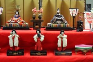 The dairi-bina and the sannin kanjo.  A wooden replica of a hisi-mochi (diamond-shaped mochi treat) is visible.