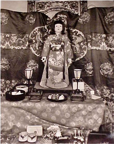 "A Friendship Doll on display in America in 1927, with her dougu (""tools"")."